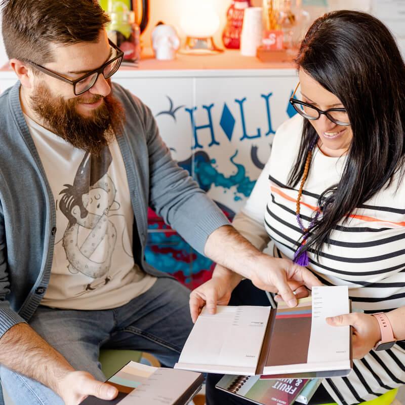 carola e cristiano con cataloghi